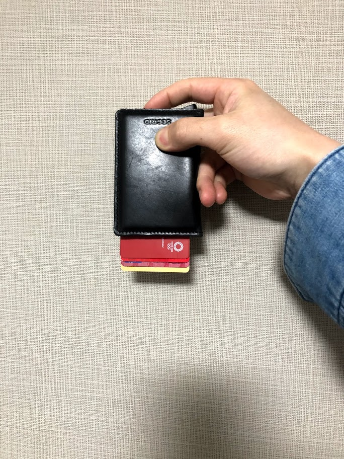 SECRID財布逆さまにしてもカード落ちることはない