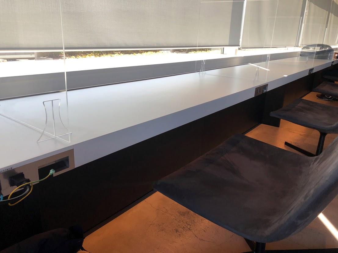 羽田空港国内線ラウンジのデスク付き席